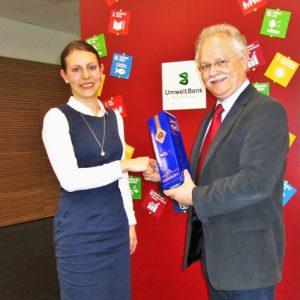 Szeibert Schulungsleiter der gtw gratuliert Ramona Egetenmeier zum sehr guten Abschluss